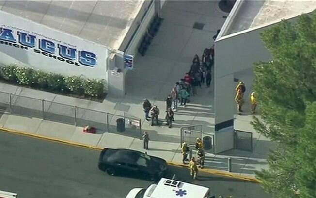 Estudantes são retirados de escola em Santa Clarita após ataque a tiros