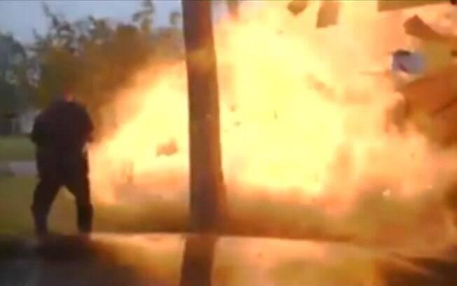 Após ser atingida por um carro, a casa explodiu e deixou cinco pessoas feridas, incluindo dois policiais que estavam no local