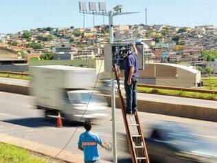 Instalação. Concessionária responsável pela BR–040 já começou a instalar 16 radares na rodovia e no Anel, como previsto em contrato