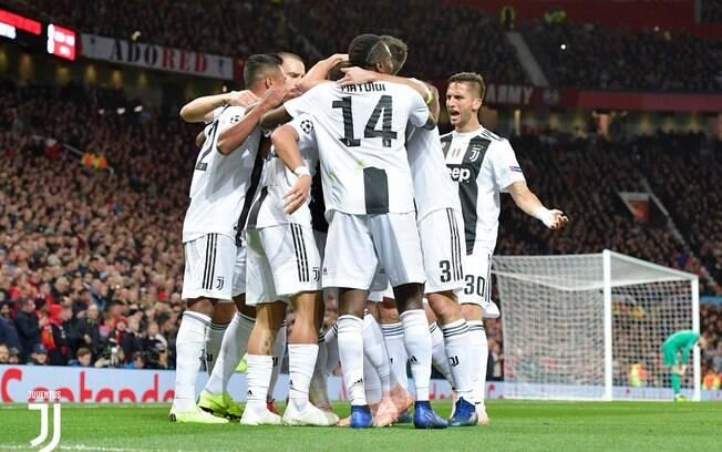 Jogadores da Velha Senhora comemoram gol durante partida entre Manchester United e Juventus