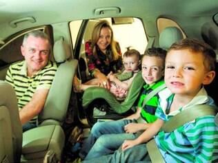Mudança. Patrícia Souza e o marido Fábio tiveram que trocar de carro para dar mais conforto aos filhos Mateus, Pedro e Ana Vitória