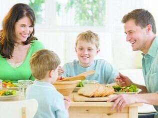 Dentro de casa. Pais devem servir de modelo, comendo sempre muitas frutas e vegetais, experimentando novos alimentos