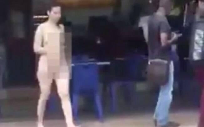 Mulher anda nua pelas ruas da Malásia