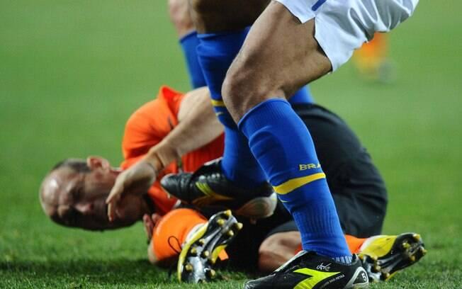 Felipe Melo recebe cartão vermelho por pisada  em Robben, na partida em que o Brasil foi  eliminado pela Holanda