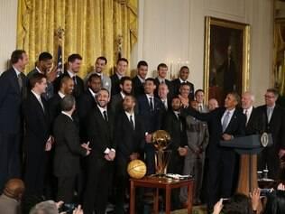 Presidente Barack Obama brincou com jovens do San Antonio Spurs