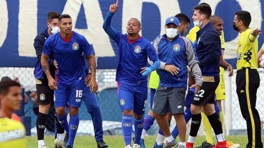 Filho de Marcelinho Carioca anota golaço de falta pelo São Caetano