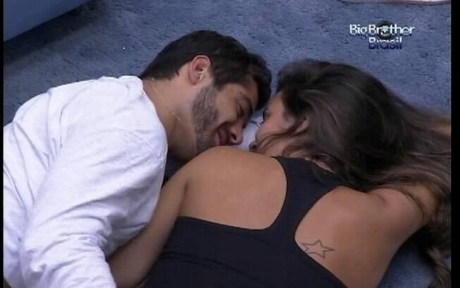 Yuri e Laisa deitam na sala após o almoço