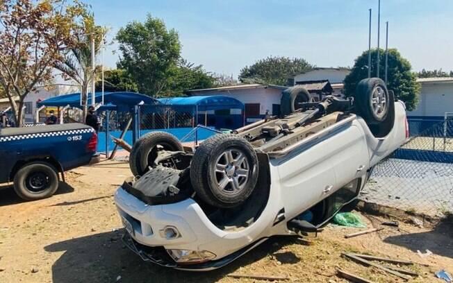 Bandidos em fugam capotam caminhonete que invade escola no Campo Belo
