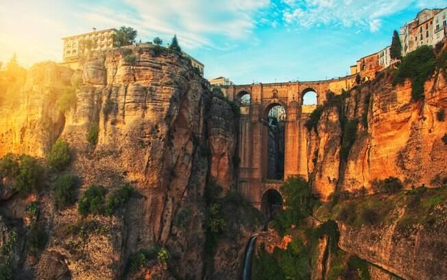 A Ponte Nova, na Espanha, foi inaugurada em 1793, após 42 anos de construção, e faz parte da lista de pontes famosas