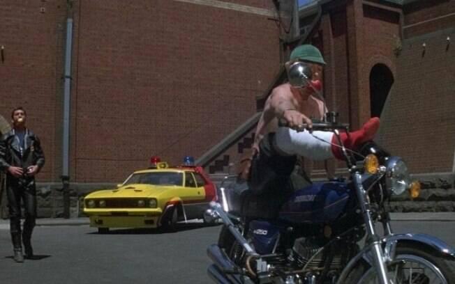 Com a perna quebrada, Goose se diverte com uma Suzuki KH 250 tricilíndrica dois tempos