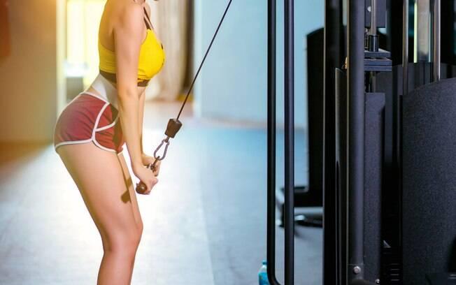 Exercício 3: Tríceps na polia alta com barra reta