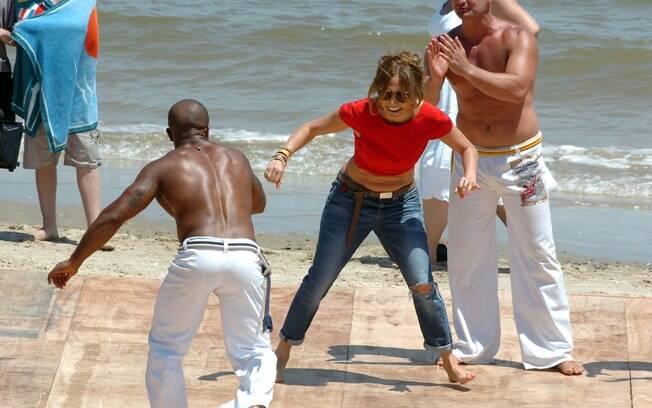 De jeans, Jennifer Lopez aprende golpes de capoeira
