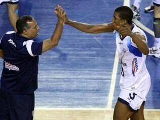 Escobar comemora com o técnico Nery Tambeiro mais um triunfo do Minas Tênis Clube