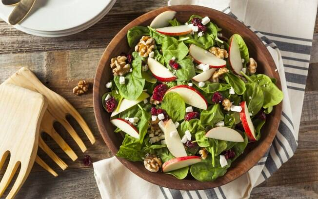As saladas com frutas são uma excelente alternativa para variar nas refeições e proporcionam diversos benefícios