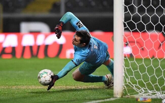 Denis se torna goleiro com mais defesas de pênalti no Português