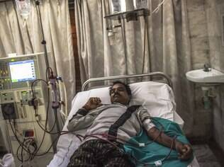 Agricultor afetado por doença renal faz diálise em Visakhapatnam, na Índia