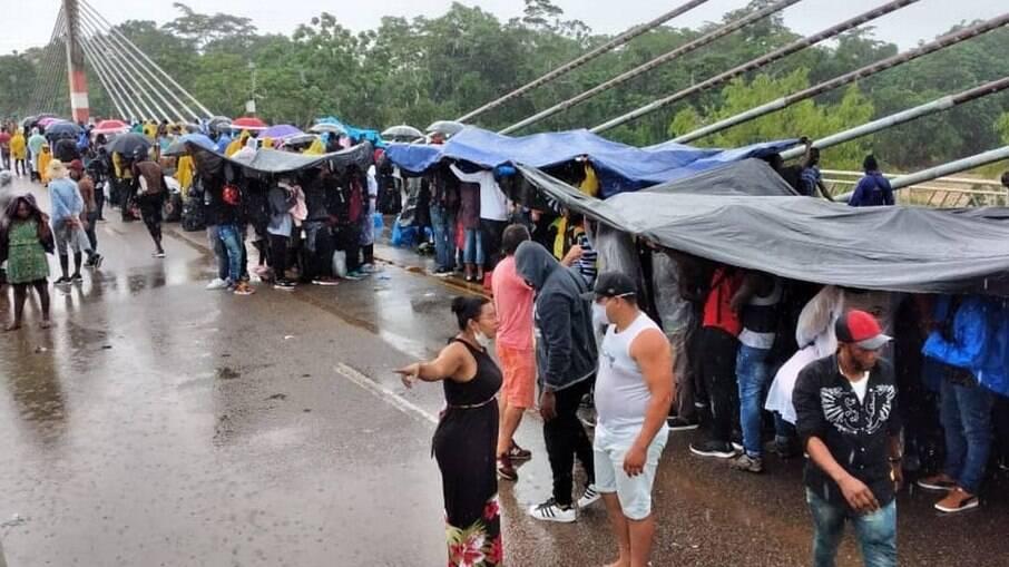 Com imigrantes impedidos de entrar no Peru, cidade do Acre decreta calamidade