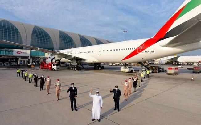Emirates opera primeiro voo com todos os funcionários vacinados