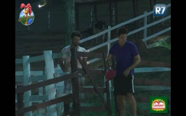 Peão e Roceiro conversam antes da noite de eliminação