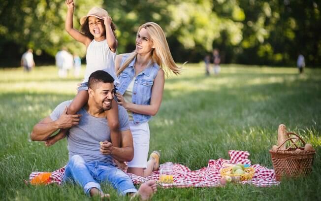 família fazendo piquenique