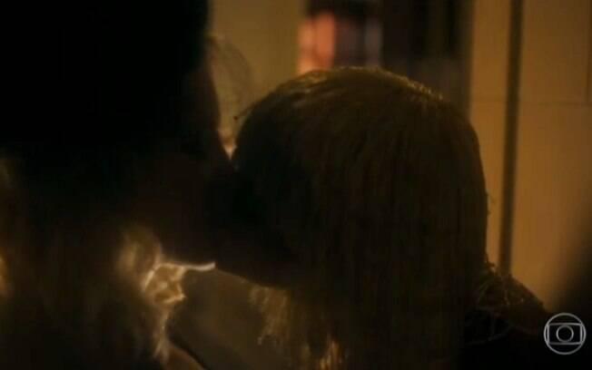 Beijo lésbico entre Bruna Marquezine e Letícia Colin