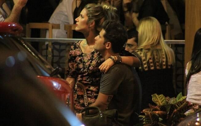 Giovanna Ewbank sentada no colo do marido, Bruno Gagliasso