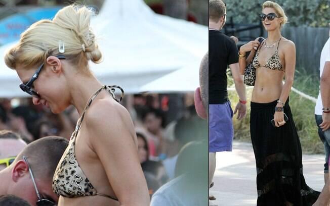 Paris Hilton usa biquíni de cortininha de oncinha