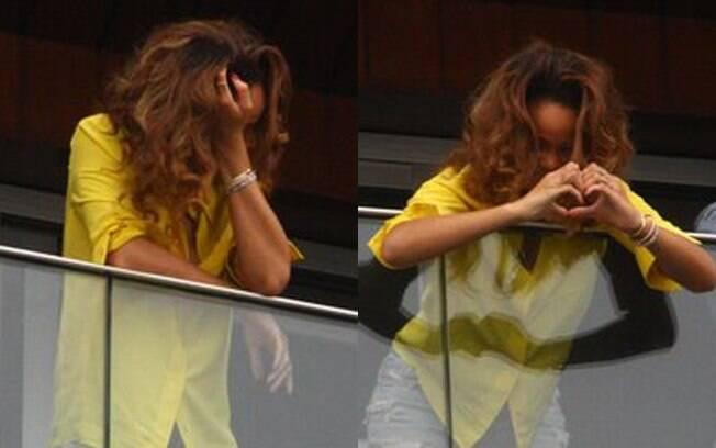 Rihanna se emociona e agrade carinho dos fãs com um coração com as mãos