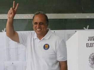 POLITICA - PEZAO  Piraí- RJ, Brasil- O candidato à reeleição Luiz Fernando Pezão votou no bairro de Ribeirão das Lajes, em Piraí, no Sul Fluminense, na manhã deste domingo  Foto: Lucas Figueiredo/ Pezao 15 - 05/10/2014