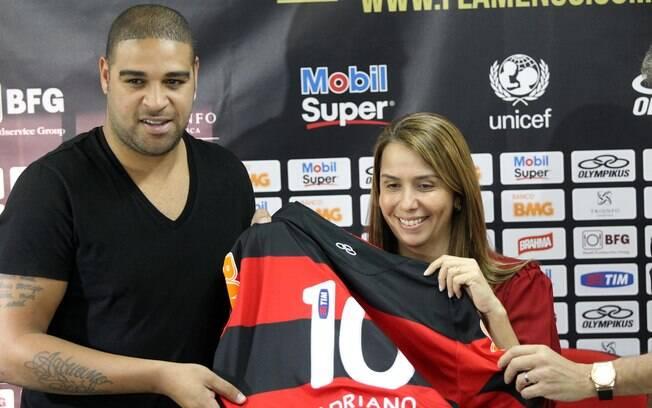 Adriano foi apresentado ao lado da presidente  Patrícia Amorim e terá contrato por produtividade