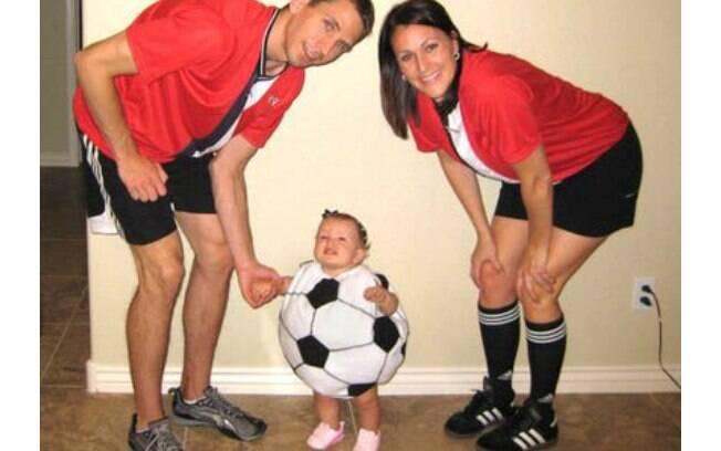 Nesta fantasia improvisada, a criança virou bola de futebol