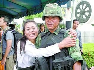 Manifestante pró-governo abraça soldado durante operação