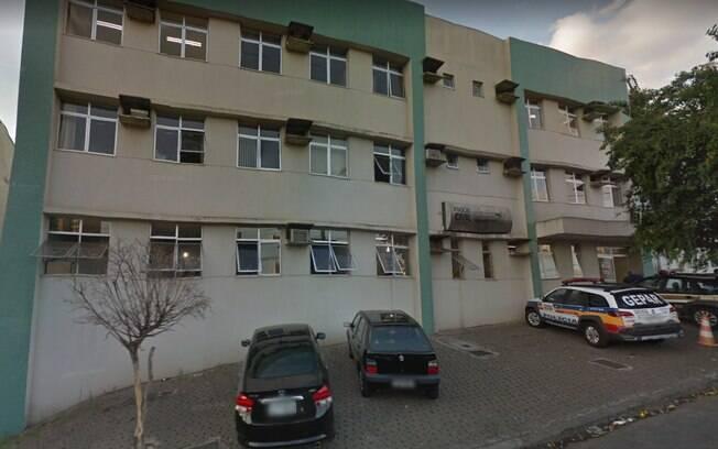 Após dar facada em mulher, agressor foi detido e levado à Central de Flagrantes, onde confessou o crime