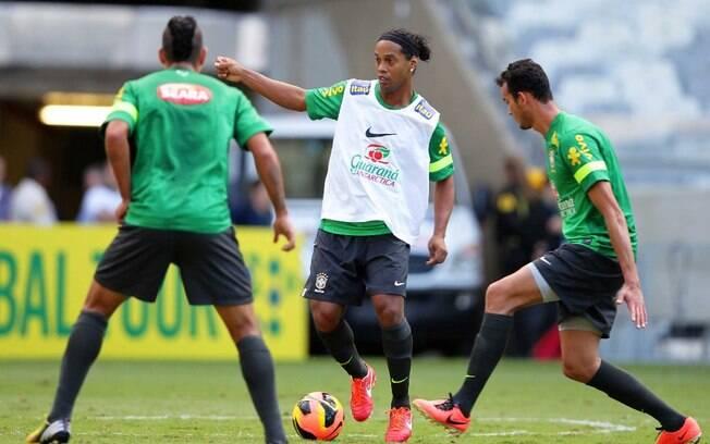 Ronaldinho Gaúcho domina a bola no treino no  Mineirão