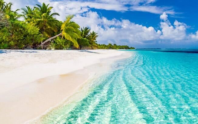 As praias das ilhas Maldivas são todas de uma beleza gigantesca. Areia branca e mar azul é quase uma marca registrada do país.