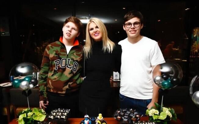Val Marchiori comemora o aniversário dos filhos com festa intimista
