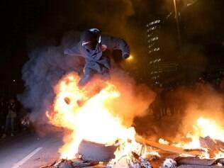 SP - PROTESTO/SP/PASSE LIVRE - CIDADES - Manifestantes queimam catracas de papel na Marginal Pinheiros durante protesto organizado   pelo Movimento Passe Livre de São Paulo (MPL-SP), em São Paulo, no final da tarde desta   quinta- feira (19). O movimento relembra o ato ocorrido no ano passado que reverteu a   decisão de aumento de 20 centavos na tarifa do transporte público.    19/06/2014 - Foto: DANIEL TEIXEIRA/ESTADÃO CONTEÚDO