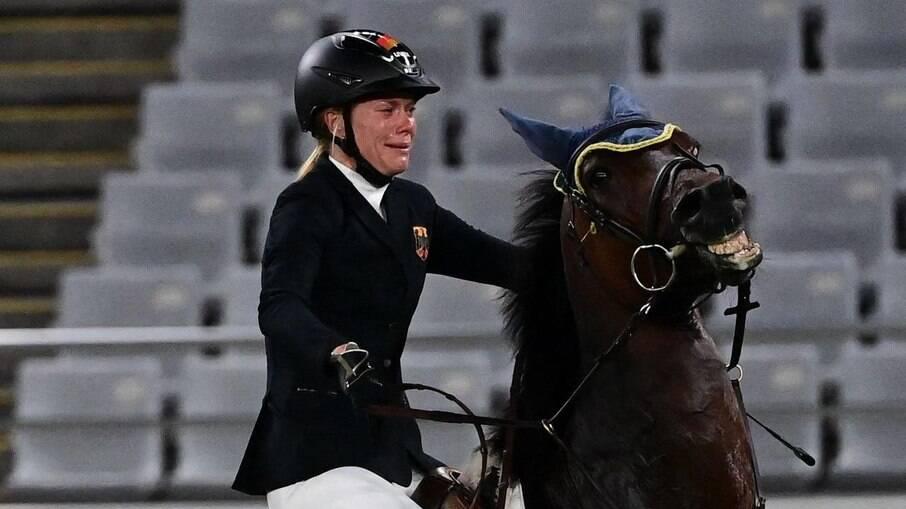 Treinadora alemã é expulsa de Tóquio 2020 após ser flagrada dando soco em cavalo