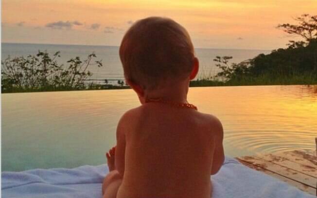 Gisele Bündchen mostra foto de Vivian na beira da piscina