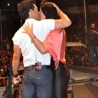 Zezé Di Camargo dá beijão na namorada