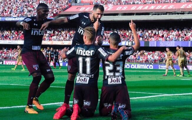 São Paulo comemora gol diante do Sport e sai da zona de rebaixamento no Brasileirão