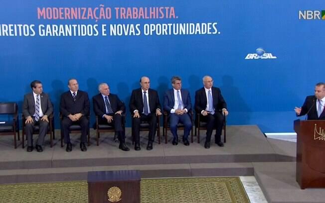 Michel Temer sanciona lei que reforma a CLT nesta quinta-feira (13) ao lado de autoridades