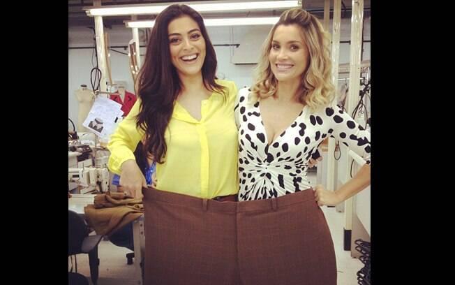 Juliana Paes e Flávia Alessandra se divertem com calça gigante nos bastidores do Projac, no Rio