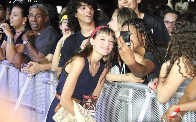 Mallu Magalhães tira foto com fãs