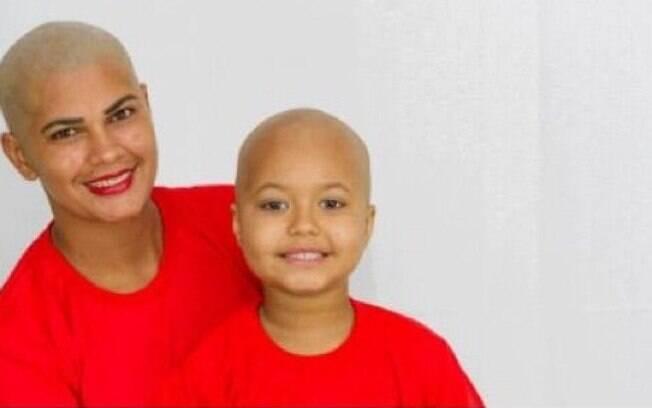 Marileide raspou os cabelos em apoio à filha Maylla, que passa por tratamento de câncer