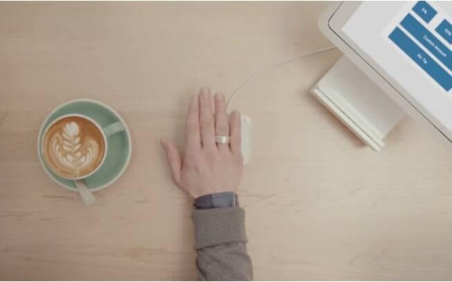 Assim que se coloca o anel da Token, o scanner de impressão digital é capaz de recuperar as informações guardadas