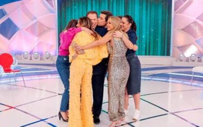Os participantes do 'Não Erre a Letra' abraçam Silvio