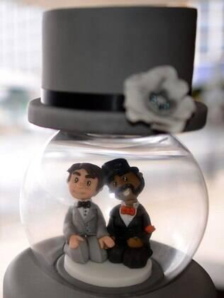 Outro modelo LGBT de bonequinhos para bolos de casamento