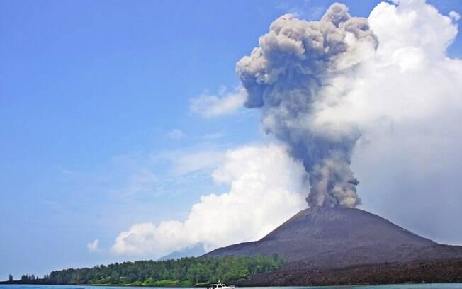 O Krakatoa é um dos vulcões mais ativos do país e, em condições calmas, pode ser uma boa opção de passeio de barco