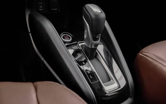O Nissan Kicks conta com um modo de overdrive do câmbio CVT, chamado de Sport. Só que o botão de acionamento fica escondido embaixo da manopla do câmbio.